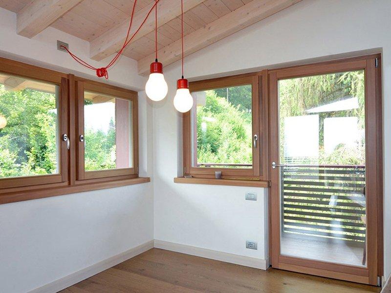 Pertile serramenti in alluminio legno legno pvc for Serramenti pvc legno
